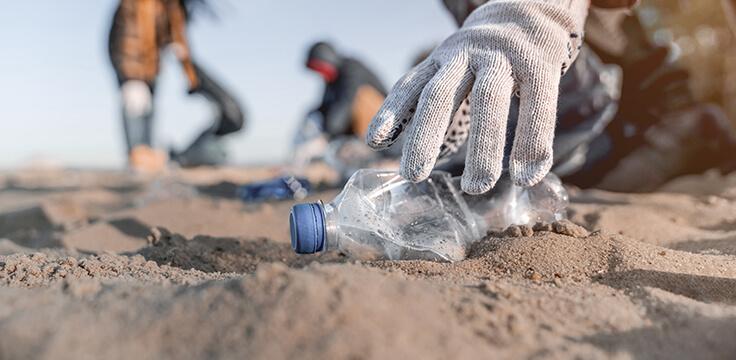 bottiglia di plastica in spiaggia